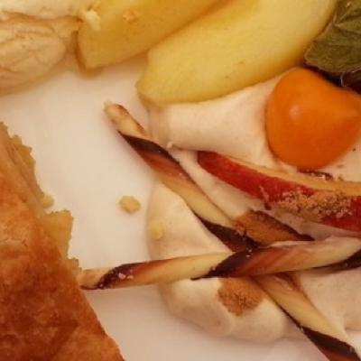 Apfelstrudel-mit-Vanilleeis-und-Zimtsahne