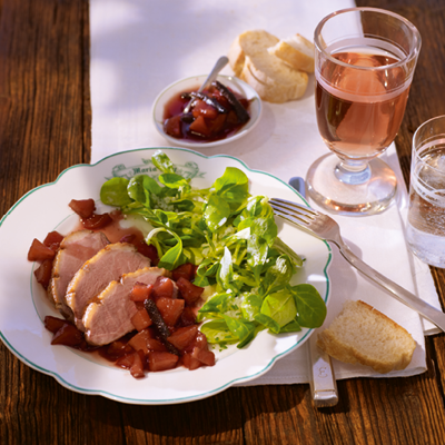 Feldsalat-mit-Topinambur-Dressing-gebratener-Entenbrust-und-Pfeffer-Pflaumen