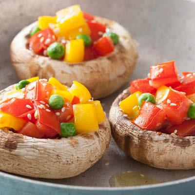 Gefuellte-Champignons-mit-Tomaten-Paprika-und-Erbsen
