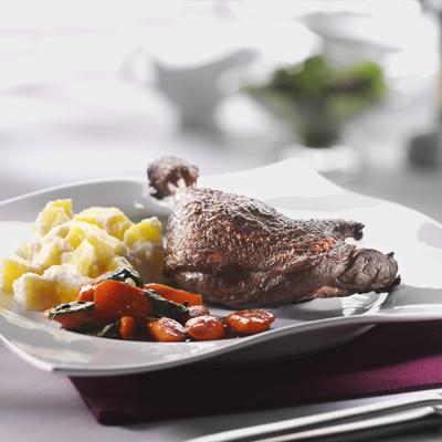 Geschmorte-Entenkeulen-mit-Sellerie-Kartoffel-Pueree-und-glasierten-Moehren