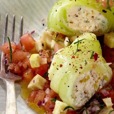 Gurkenroellchen-mit-Feta-auf-Tomatengemuese