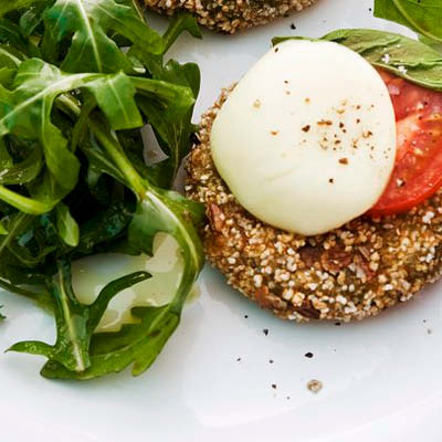 Spinatpuffer-mit-Tomate-Mozzarella-und-Ruccola