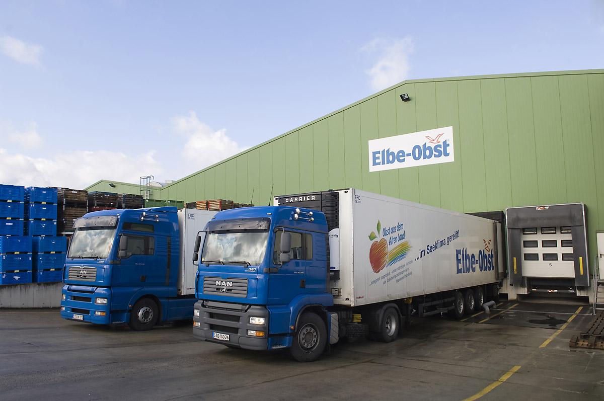 Elbe Obst, LKWs vor Lagerhalle, Transport | Deutschland - Mein Garten.