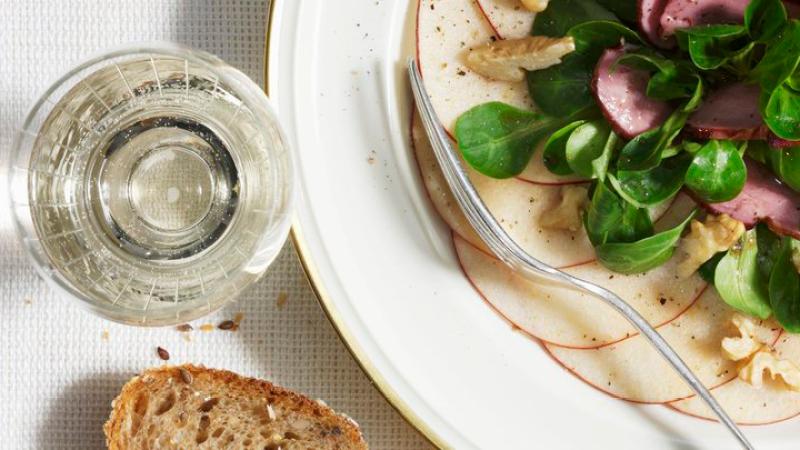 Apfel-Carpaccio-mit-Feldsalat-und-geräucherter-Entenbrust