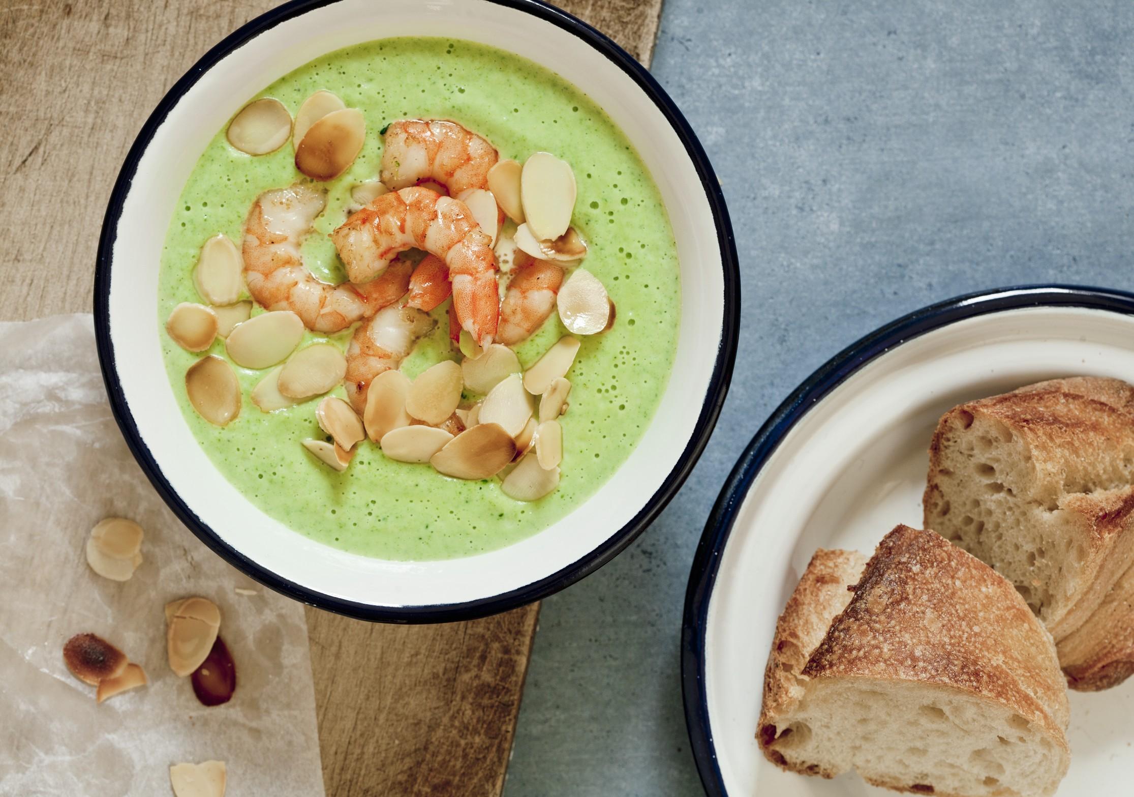 Brokkolicremesuppe mit Garnelen und Mandelblättchen