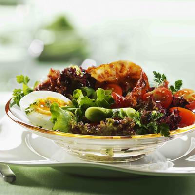 Bunte-Salate-mit-Kirschtomaten-Ei-und-Bacon