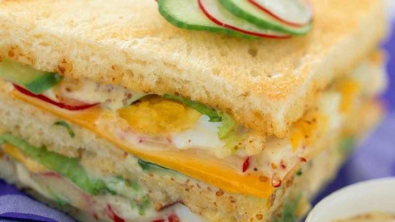 Club-Sandwich mit Gurke Radieschen und Senf