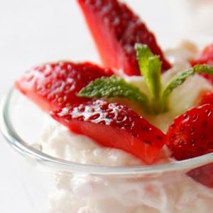 Griechischer Joghurt mit frischen Erdbeeren in Dessertgläsern