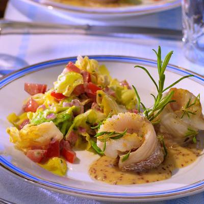 Geduensteter-Kopfsalat-mit-gebratenem-Kabeljau-und-Pommery-Senf-Velouté