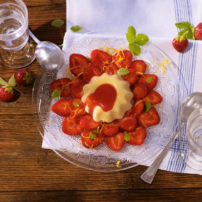 Grießflammerie-mit-Erdbeersauce