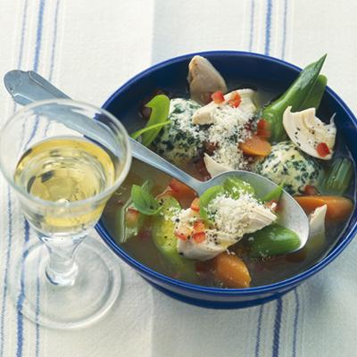 Huehnersuppe-mit-Gemuese-und-Spinat-Frischkaese-Kloeßchen
