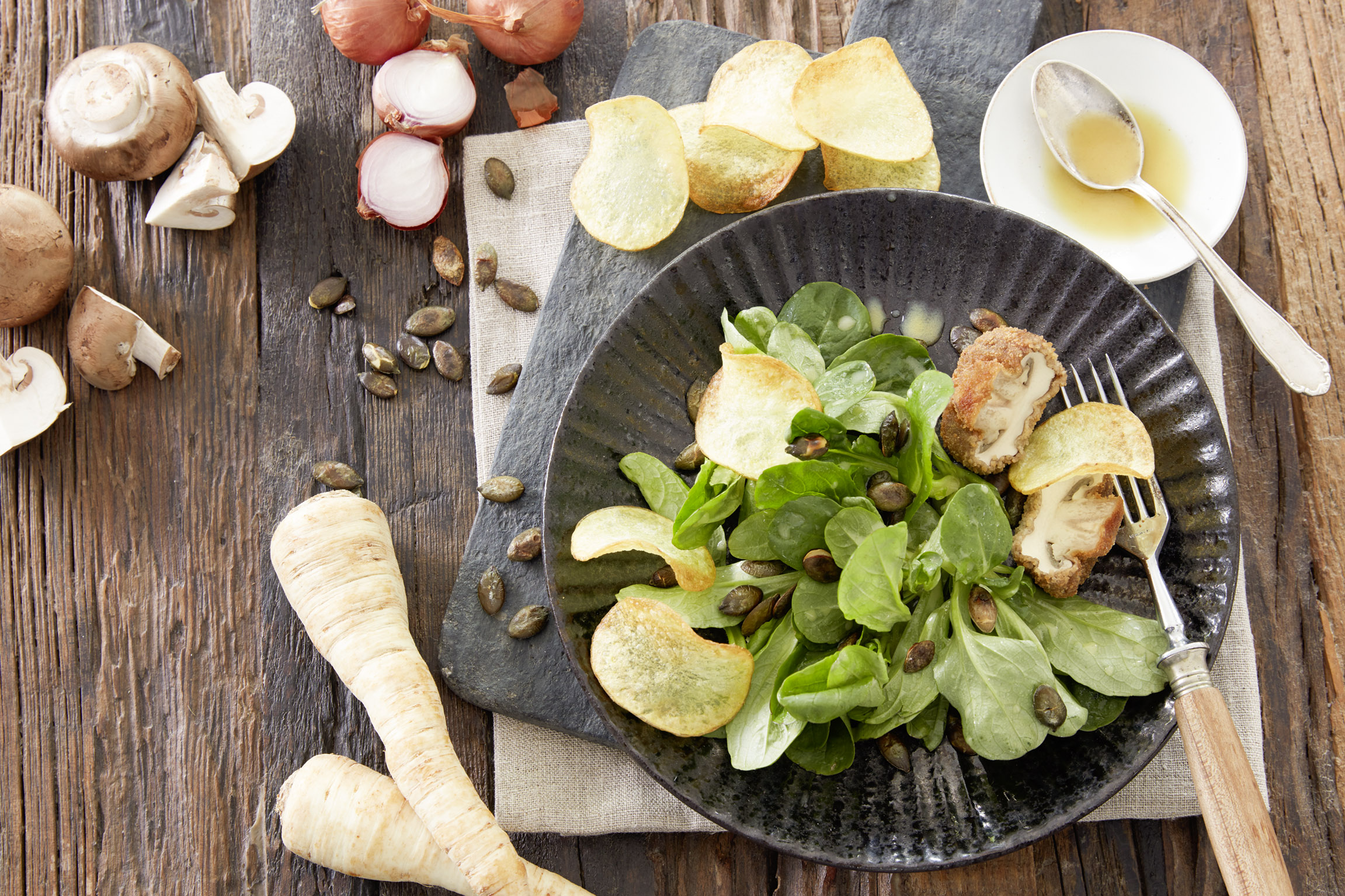 Feldsalat-mit-gebackenen-Champignons-und-selbstgemachten-Kartoffelchips
