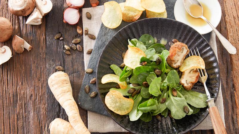 Feldsalat mit Petersilien-Dressing, gebackenen Champignons und Kartoffel-Chips