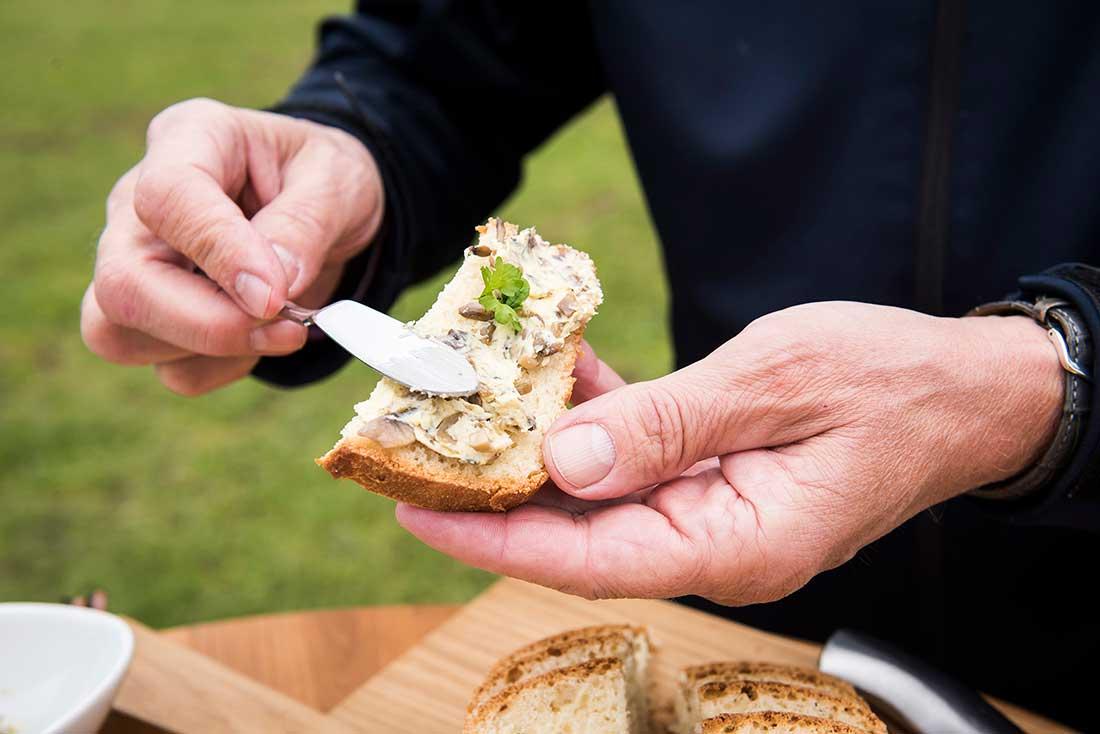 Champignon-Butter auf frischem Brot, Biopilzhof