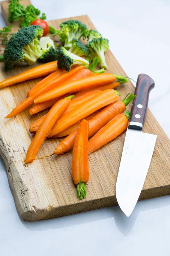 Gemüse schälen und schneiden