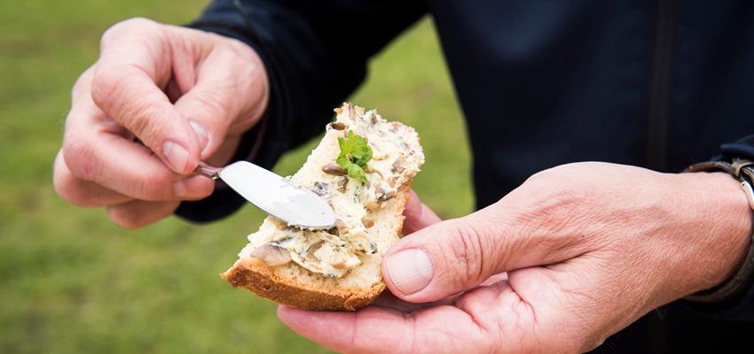 Champignon-Thymianbutter auf Brot