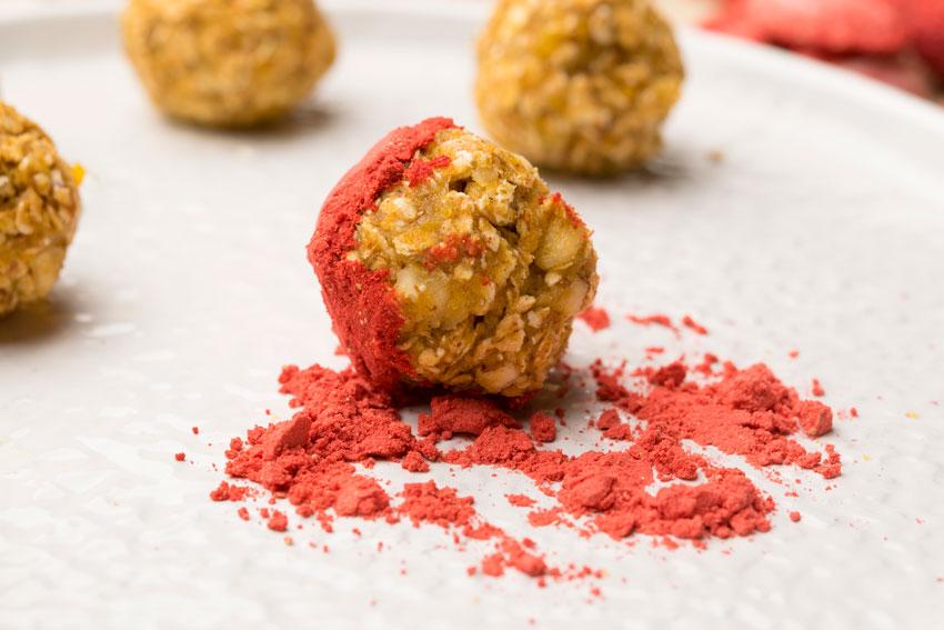 Cake-Pops in Erdbeerpulver welzen