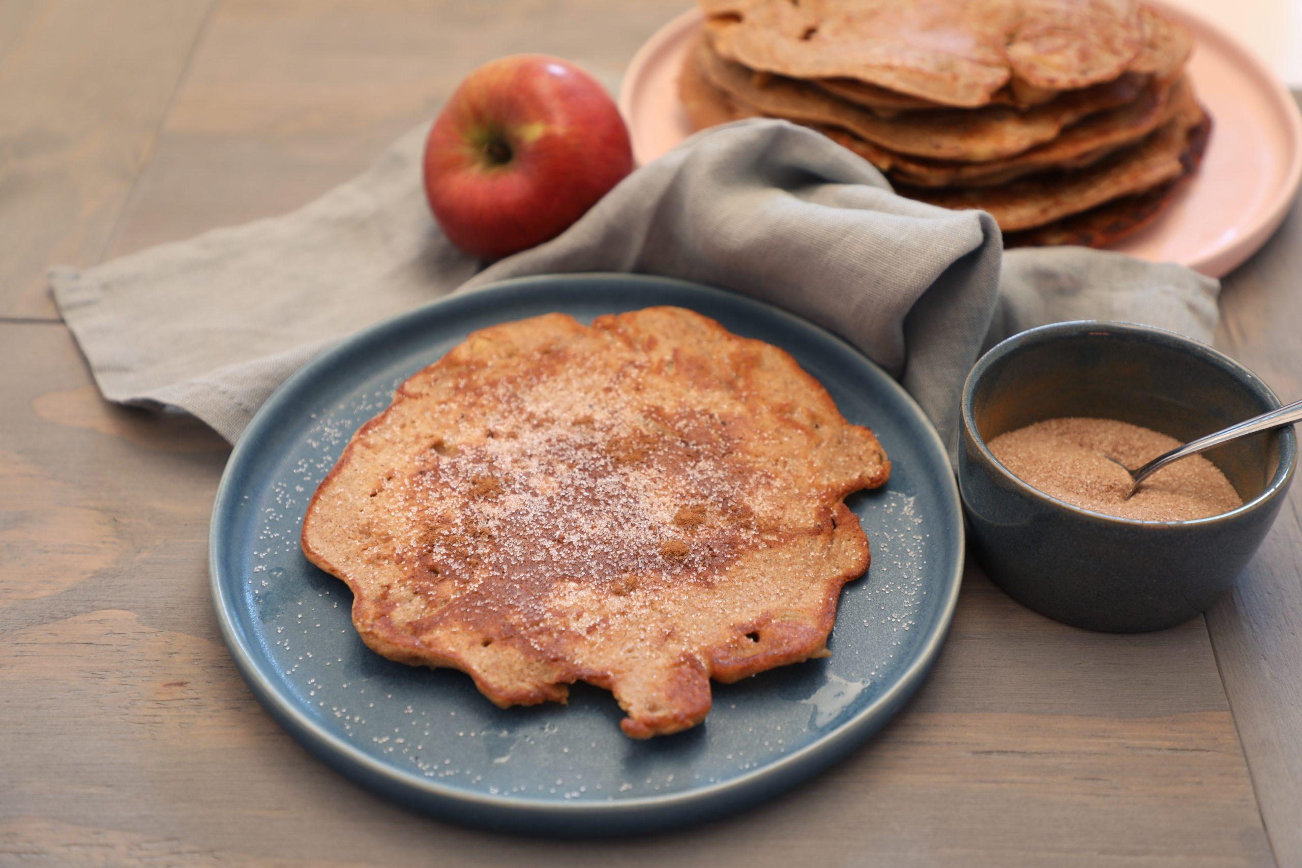 Apfelpfannkuchen auf dem Teller