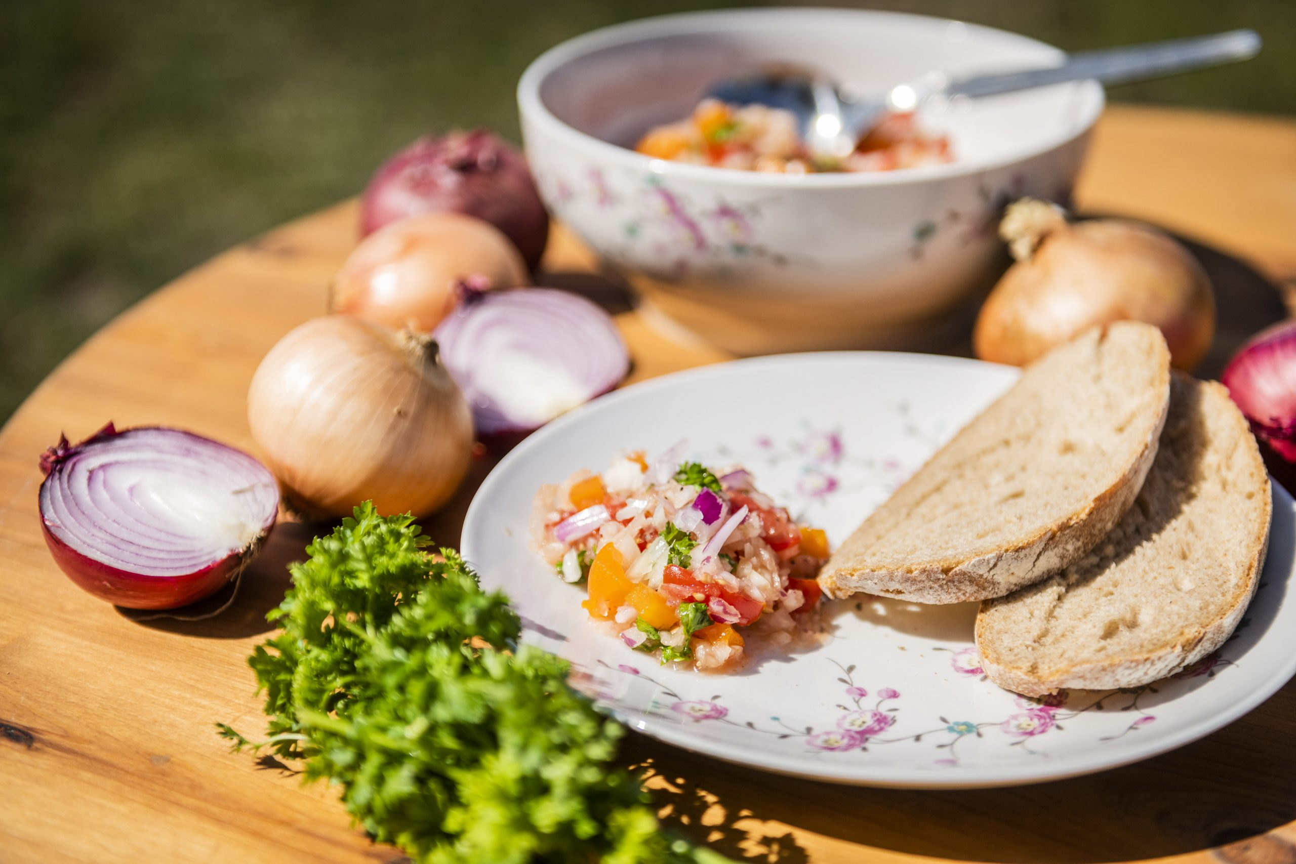 Zwiebelsalat auf dem Teller